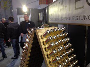 Roland Lienhard von der Cava-Tec präsentiert seine Dienstleistungen, auch in Gold.